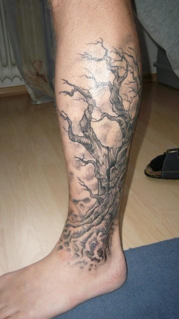 baum-Tattoo: Abgestorbener Baum mit 2 Geister