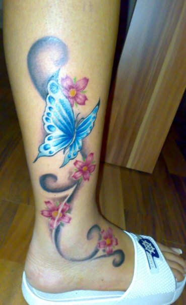 Schmetterling-Tattoo: Schmetterling mit Floralkomposition.....