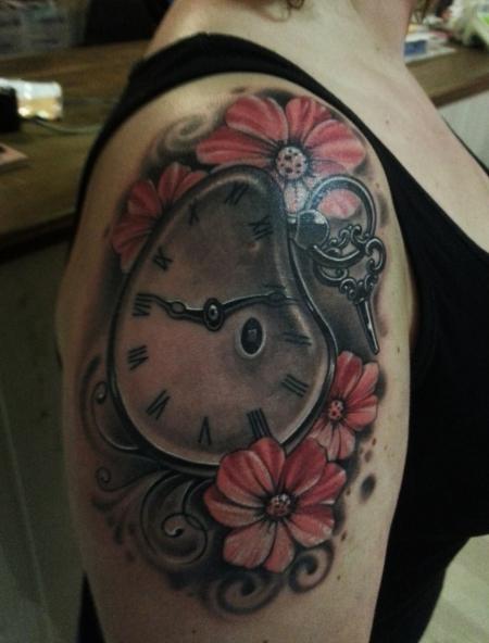 blüten-Tattoo: Taschenuhr und Blüten