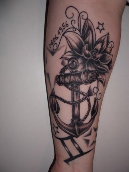 Anker-Tattoo: Anker,Sternzeichen,Blüte