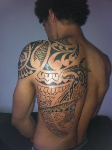 tattoos zum stichwort schulter maori tattoo. Black Bedroom Furniture Sets. Home Design Ideas