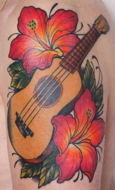 gitarre-Tattoo: Ukulele und Hibiscus
