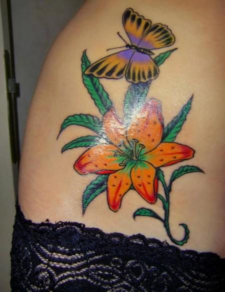 lilie-Tattoo: Lilie mit Schmetterling