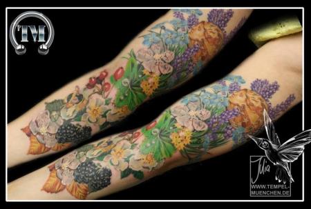 Blumen-Arm - tätowiert von Julia
