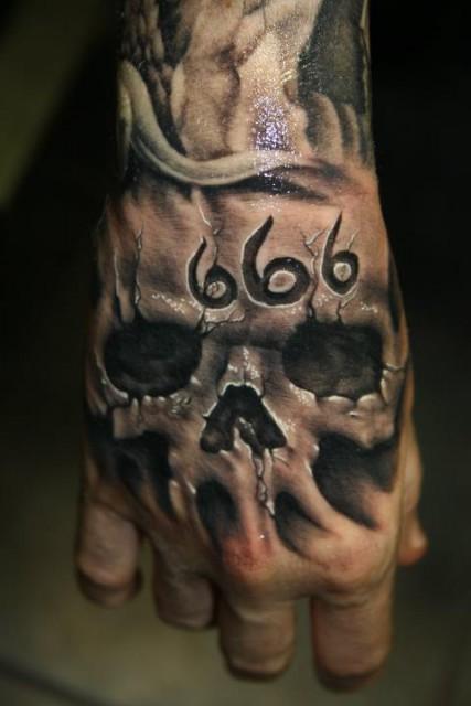 Stephan Tempel Totenschädel Auf Hand Tattoos Von Tattoo Bewertungde