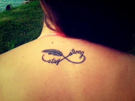 Unendlichkeit-Tattoo: rücken stay strong
