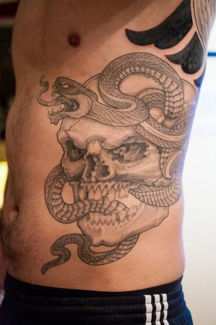 Totenschädel mit Schlange