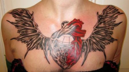 flügel-Tattoo: Dekoltee, nach der 2. Sitzung