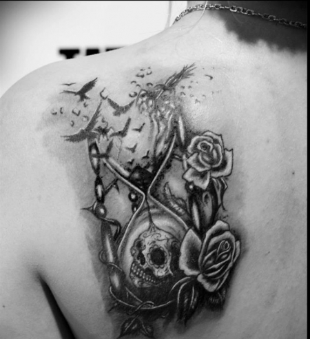 sanduhr-Tattoo: sanduhr mit rosen