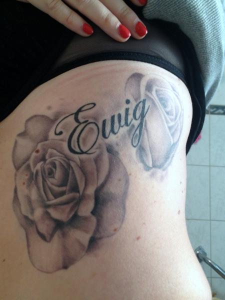 schriftzug-Tattoo: Rosen mit Schriftzug