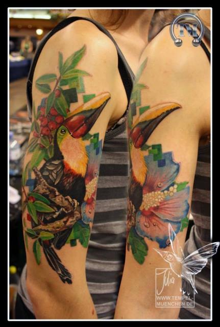 Tukan, leicht verpixelt, tätowiert von Julia Tempel