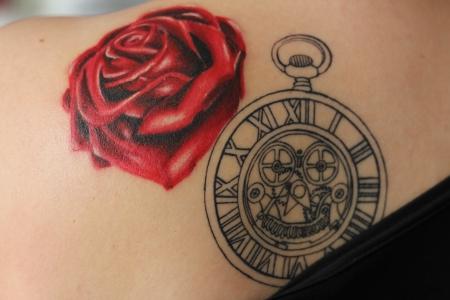 rose-Tattoo: Rücken Tattoo im Aufbau