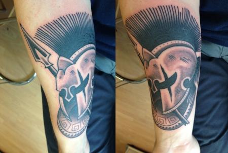 Spartanerhelm mit Speer und Schild