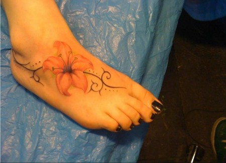 Tattoo meiner Freundin - Lilienblüte mit Schnörkel