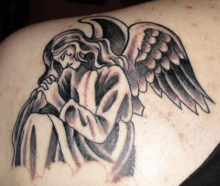 Engel auf der linken Schulter black white