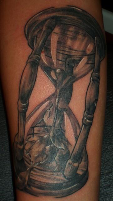 sanduhr-Tattoo: Sanduhr: frisch,frischer,am frischsten