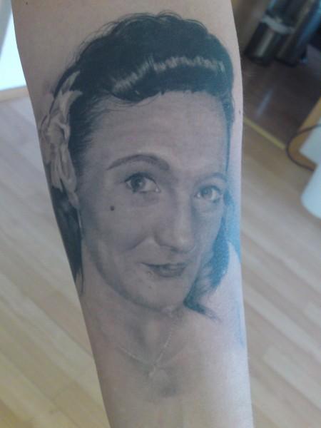 lailah 06 mein gesicht auf dem arm meines mannes tattoos von tattoo. Black Bedroom Furniture Sets. Home Design Ideas