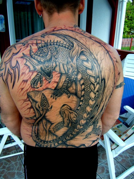 drachen-Tattoo: Drachen auf Fels