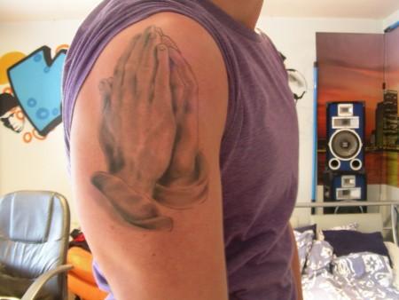 rosenkranz-Tattoo: Betende Häne, aber nicht fertig