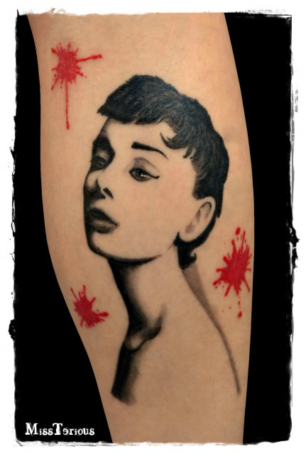 pony-Tattoo: Audrey Hepburn, highcontrast trash style