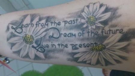 kirschblüte-Tattoo: Mein Erstes: Spruch mit Gänseblümchen