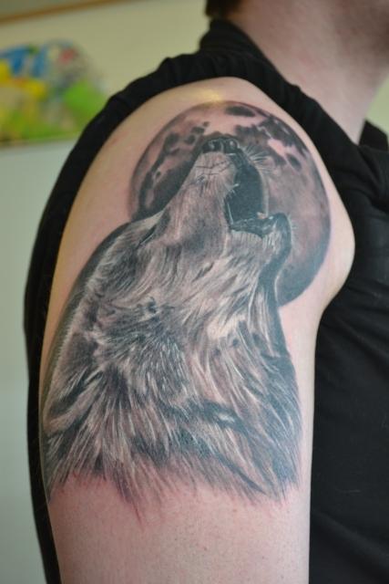 wolf-Tattoo: Wolf Oberarm heute Nachmittag gestochen