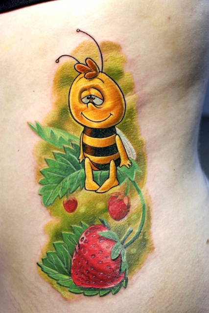 biene-Tattoo: Freund von Maja in strawberry fields:)   www.electrographictattoo.de