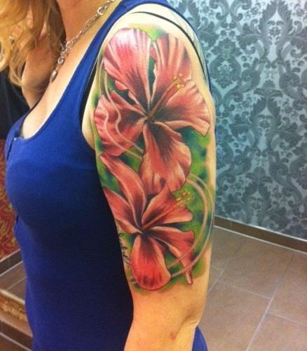 hibiskus-Tattoo: Mein Oberarm, Hibiskusblüten