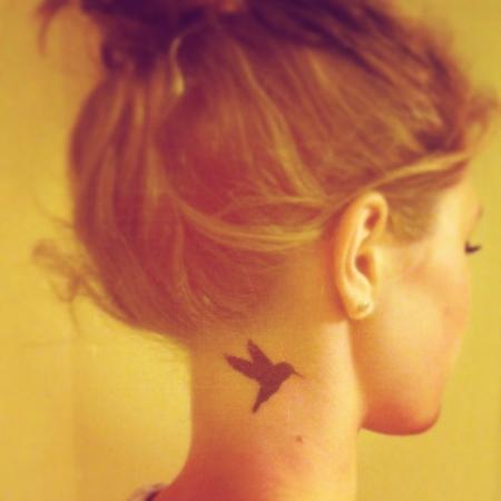 1. Tattoo Kolibri Nacken