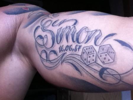 0209simon mein name mit datum und zwei w rfel tattoos von tattoo. Black Bedroom Furniture Sets. Home Design Ideas