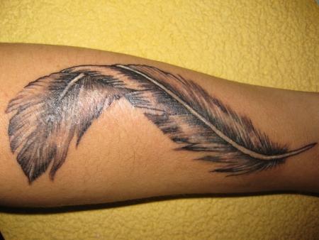 kussmund-Tattoo: Feder Beginn eines Sleeve