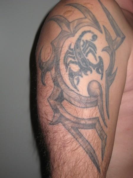 Tribal mit Skorpion