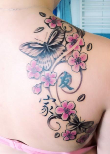 schmetterlinge-Tattoo: Kirschblüten, Schmetterlinge und jap. Zeichen