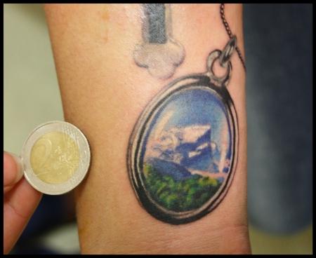 la familia-Tattoo: Medaillon mit Berglandschaft, Detail