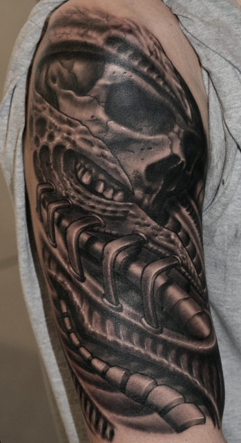 biomechanic-Tattoo: Biomechanic mit schädel
