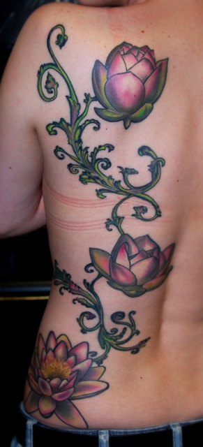 Ranke-Tattoo: Lotusblüten Ranke