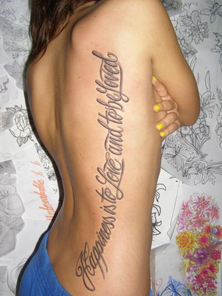 Mann tattoo rippen schriftzug Tattoo Sprüche