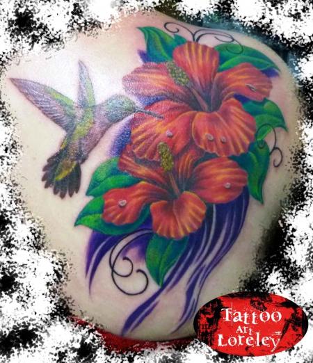 kolibri-Tattoo: Kolibri mit Hibiskus