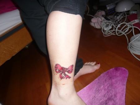 chiller91 rote schleife tattoos von tattoo. Black Bedroom Furniture Sets. Home Design Ideas
