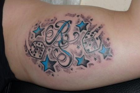 würfel-Tattoo: Würfel und Initialen