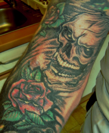 Schädel mit  Rosen Teil 2 (Armbeuge und Unterarminnenseite) 2004 gestochen