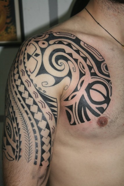 tattoos zum stichwort schulter maori tattoo. Black Bedroom Furniture Sets. Home Design Ideas