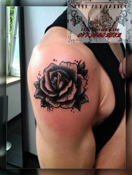 Schwarze Rose Dotwork