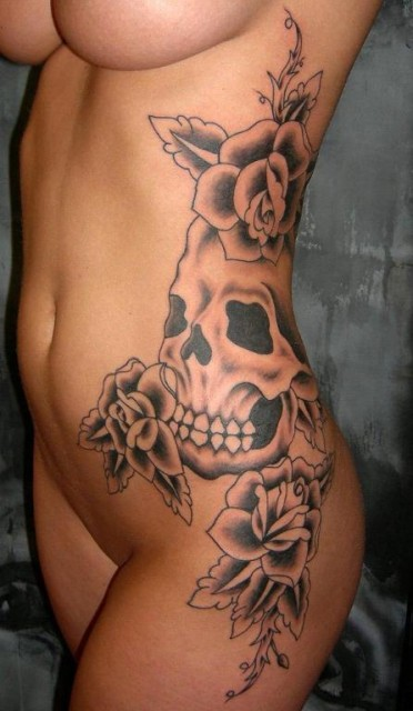 totenkopf-Tattoo: totenkopf mit blumen