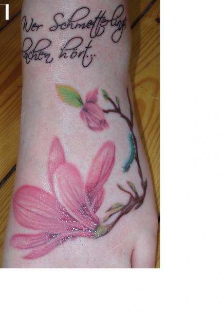 schleifen-Tattoo: Magnolien Gedenktattoo