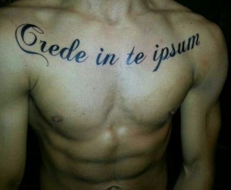 Chakuza: Schriftzug Brust - Crede in te ipsum (Latein