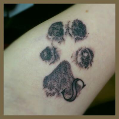 Pfotenabdruck meiner Hündin (außerdem mein erstes Tattoo)