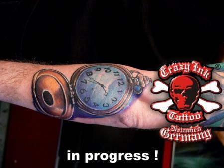 pentagramm-Tattoo: Taschenuhr