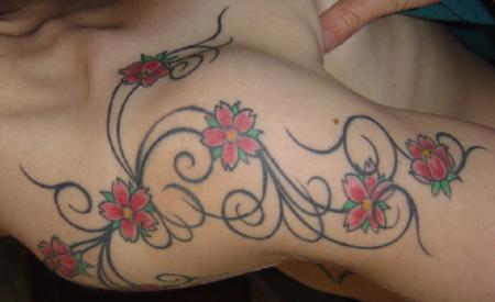 kirschblüte-Tattoo: Kirschblüte mit Schnörkel