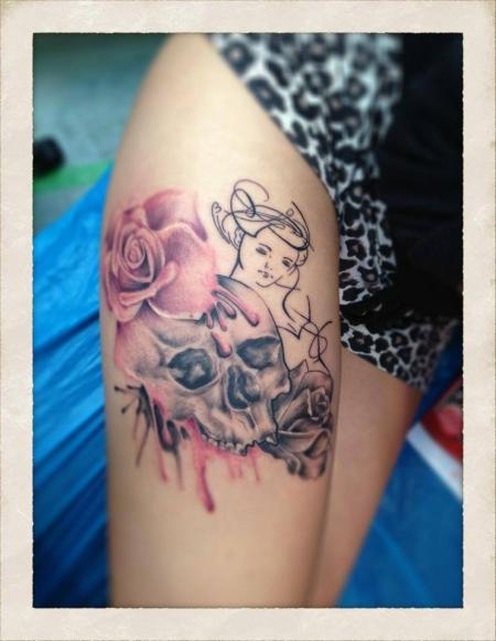 totenkopf-Tattoo: Rosen und Totenkopf
